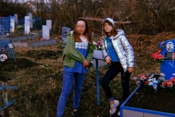 Девочки сделали пару снимков возле могил