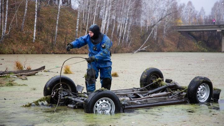 «Пытался выбраться через заднюю дверь»: со дна реки вытащили машину с телом сотрудника интерната