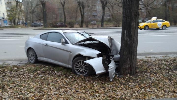 На Гагарина водитель Hyundai Tiburon врезался в дерево