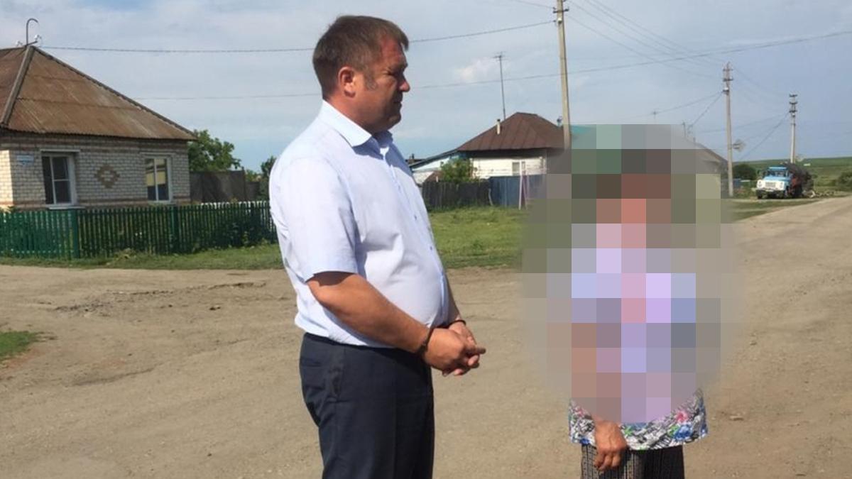 Главу в наручниках сняли на фото жители Фершампенуаза и раскидали снимки в местные паблики и СМИ