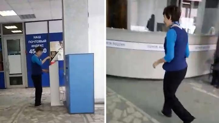 Повышают статистику? Работницу челябинской почты поймали на распечатке талонов электронной очереди
