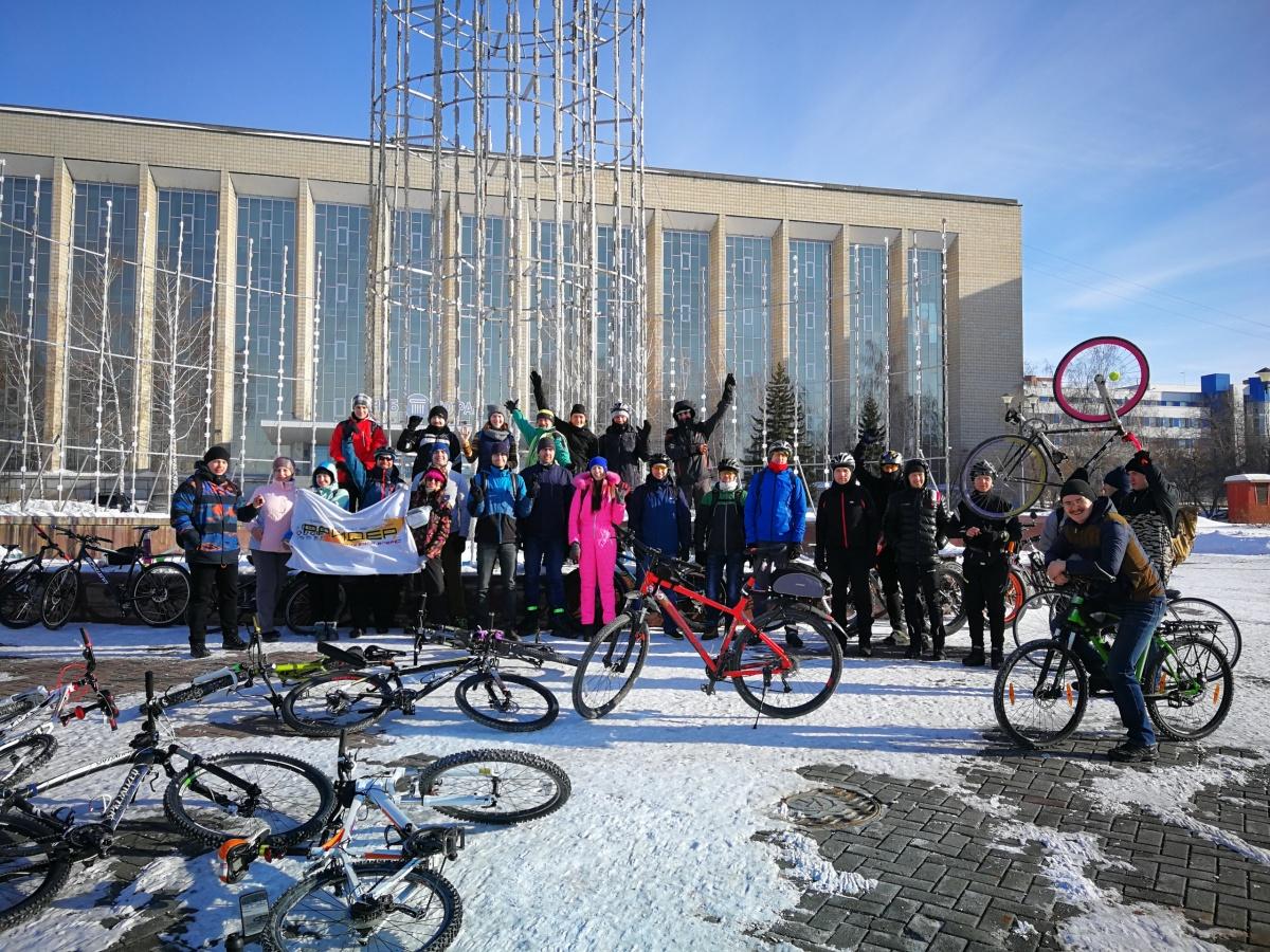 В сегодняшнем заезде приняли участие 29 новосибирцев — некоторые из них сели на велосипеды впервые за зиму