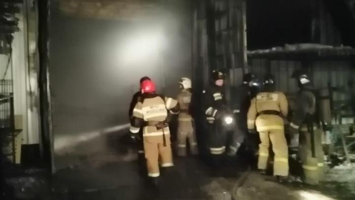 На ОбьГЭСе загорелся склад с газовыми баллонами