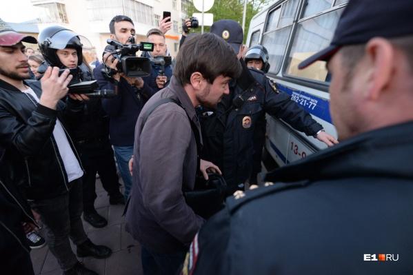 """14 мая в сквере у Театра драмы был второй день протеста, о котором мы <a href=""""https://www.e1.ru/news/spool/news_id-66088177.html"""" target=""""_blank"""" class=""""_"""">рассказывали в режиме онлайн</a>&nbsp;"""