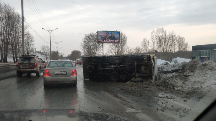 В Октябрьском районе перевернулся грузовик. Образовалась огромная пробка в сторону Академгородка