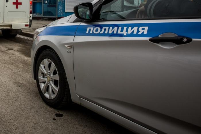 Офицер полиции получил тяжёлые травмы после инцидента на парковке — машина придавила его к бетонному столбу