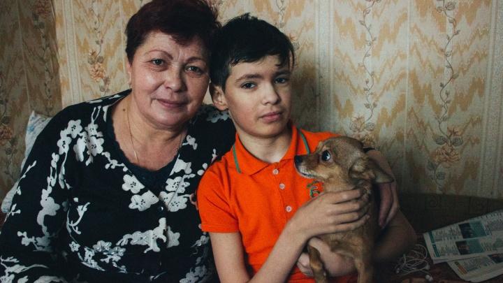 Омичка живёт с больным сыном в 60-летнем бараке. Власти не могут определиться, есть ли у неё жильё