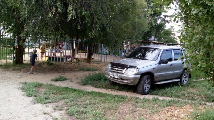 «Делает назло»: водитель Chevrolet Niva протерла в траве личную парковку у волгоградского детсада