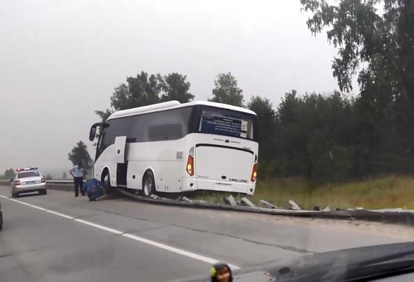 Видео: на Северном объезде автобус повис на дорожном ограждении