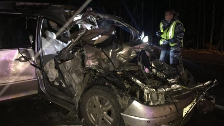 «Тойота» столкнулась с груженным лесом трактором: водитель и пассажирка погибли на месте