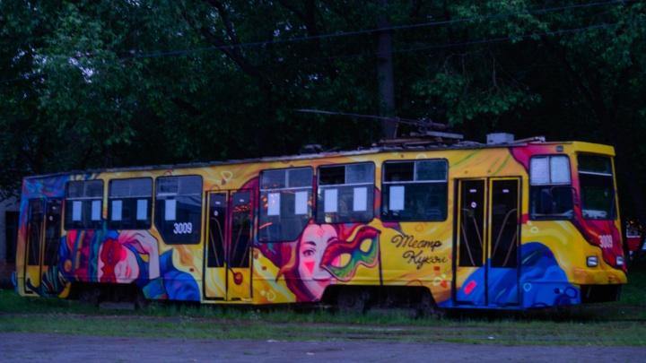 Новосибирские художники нарисовали на трамвае № 13 героев театра кукол
