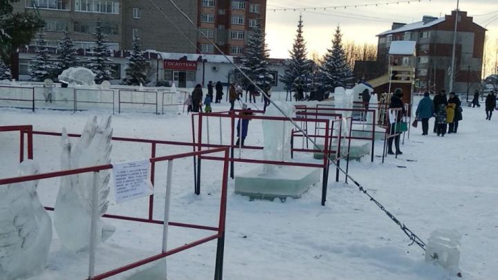 От детей и вандалов: в Башкирии ледовые фигуры оградили металлическим забором