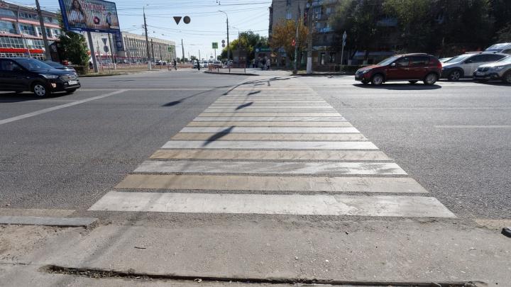 «Ленту вырвали с корнем»: в Волгограде убрали недавно поставленный «светофор под ногами»
