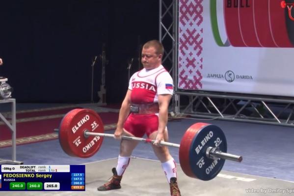 Сергей Федосиенко тянет штангу весом 265 кг