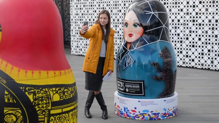 Их придумал губернатор: у Ельцин-центра выставили десять гигантских матрёшек-агитаторов за «Экспо»