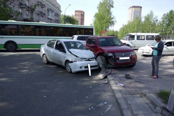 Toyota иSuzuki на тротуаре Красного проспекта