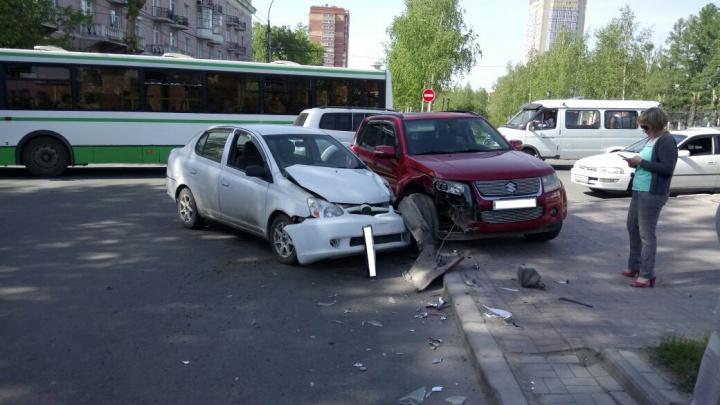 Две иномарки вылетели на тротуар после аварии на Красном проспекте