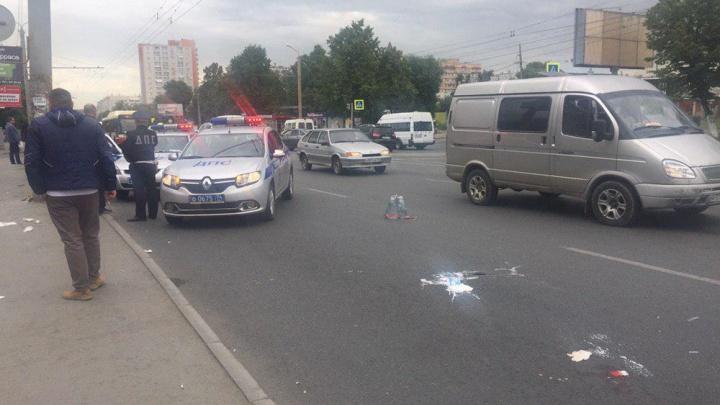 Опаздывал в автошколу: в Челябинске на остановку с людьми вылетела легковушка, пострадали четверо