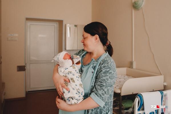 Это Анна с новорождённым сыночком, ставшая мамой уже в третий раз