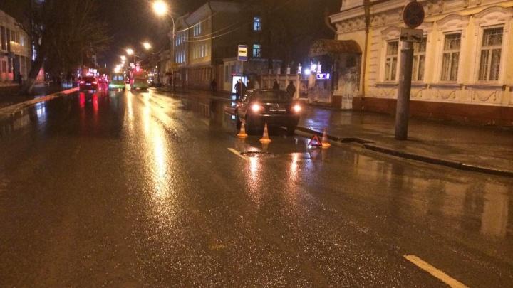 В центре Тюмени легковушка сбила 19-летнюю девушку на пешеходном переходе