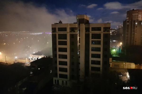 Дым от пожара покрывает весь район
