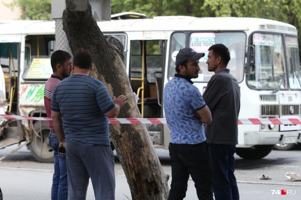 Мужчина в розовой футболке (слева) представился 74.ru племянником погибшего. Это единственный его родственник в Челябинске