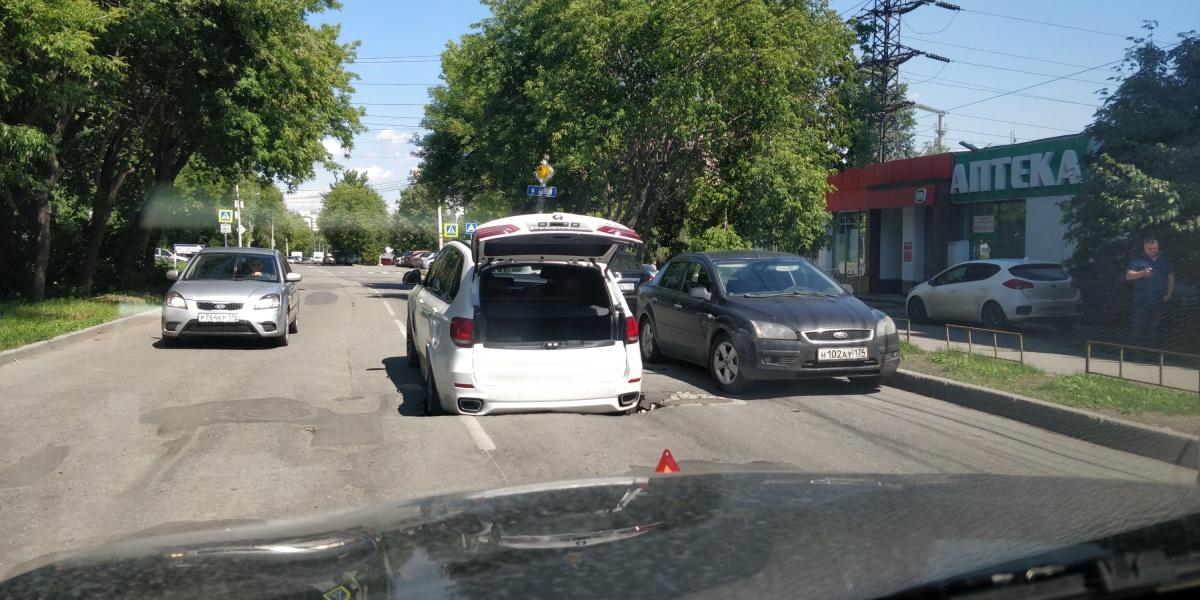 Иномарка увязла в яме на улице III Интернационала