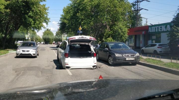 «Интернациональный» провал: в центре Челябинска немецкий кроссовер намертво застрял в русской яме