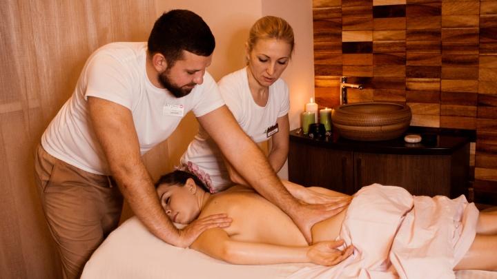 В салоне на Галущака в шесть рук делают массаж, который помогает снять стресс