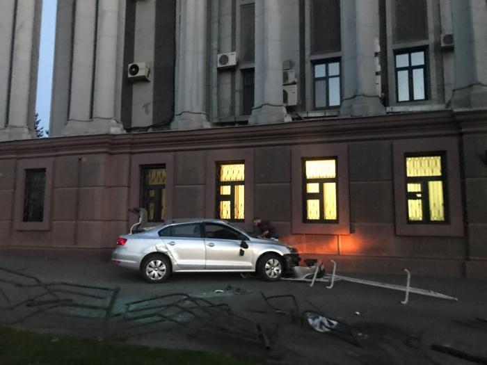 Водитель перед тем, как врезаться в здание, снёс металлические ограждения