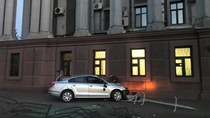 Омич на автомобиле врезался в здание ФСБ