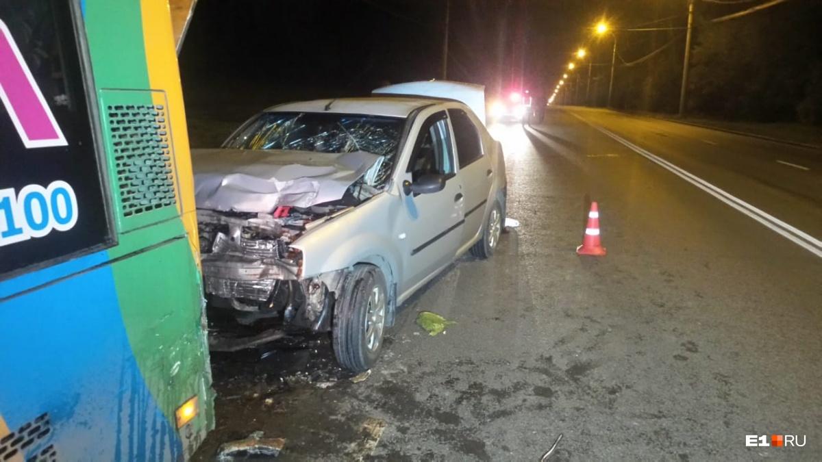 Водитель Renault не успел затормозить, об этом говорит отсутствие тормозного следа на дороге