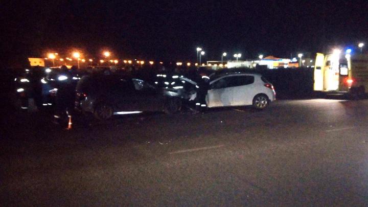 Спасатели доставали людей из машин: в лобовом столкновении пострадали два человека
