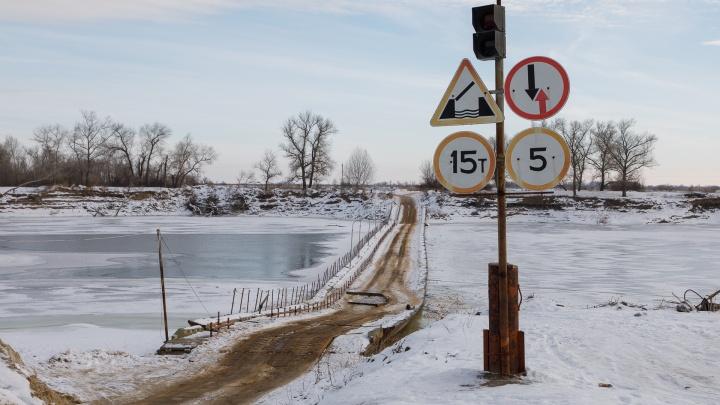 """«Эту весну наша """"дорога жизни"""" не переживет»: в Волгоградской области тонет мост через Ахтубу"""