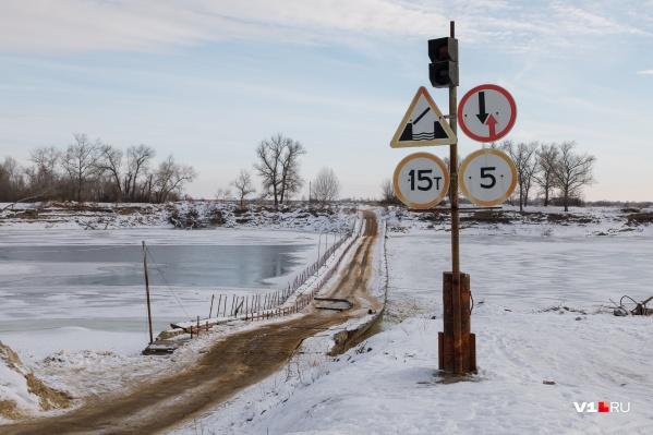 Пока жители двух поселков едут по блестящей ото льда колее