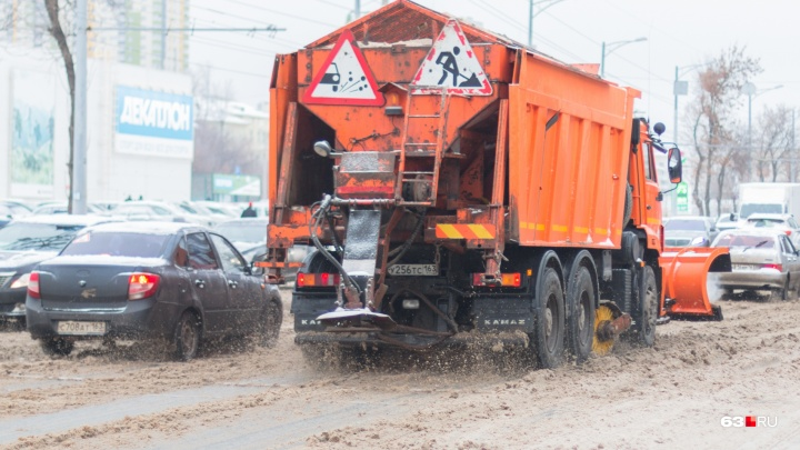 Война со снегом и наледью: дороги Самары хотят засыпать 250 тоннами песка и реагентов