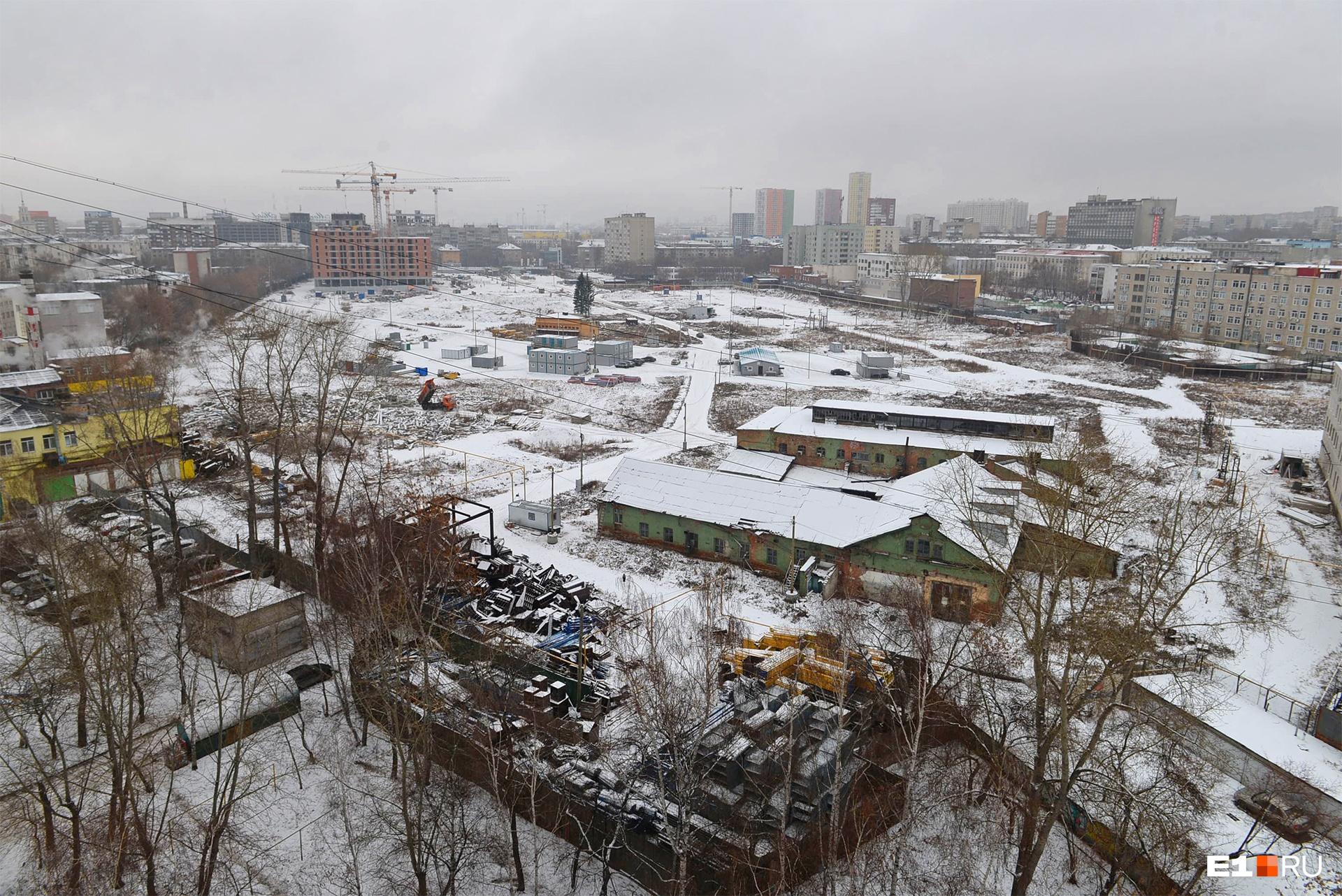 «Екатерининский парк» располагается в центре на пересечении улиц Азина — Свердлова — Мамина-Сибиряка — Шевченко<br>