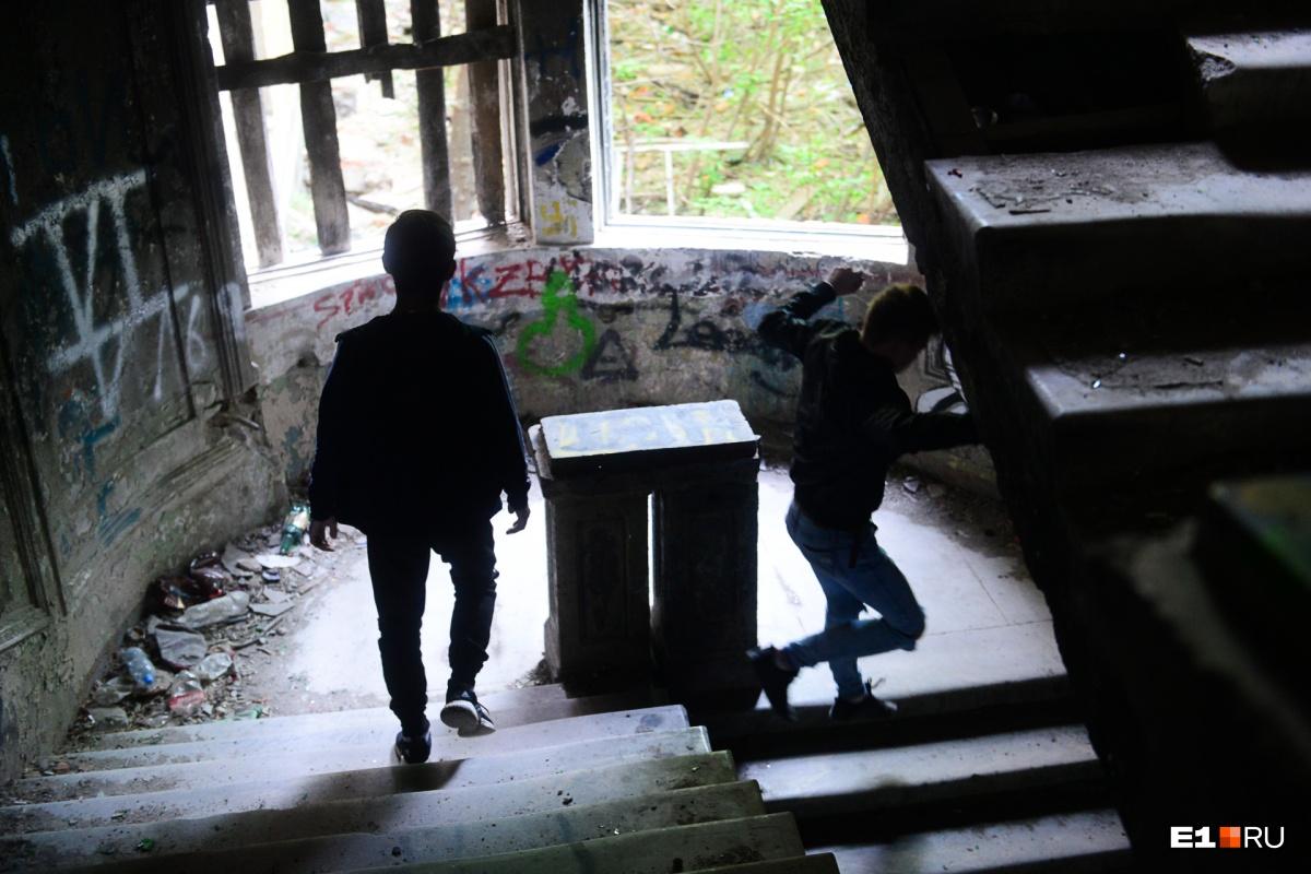 В заброшенном здании много подростков