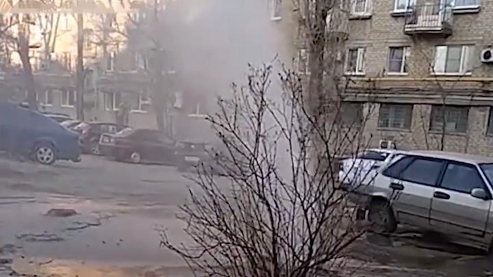 В центре Волгограда из-под земли забил трёхметровый горячий фонтан