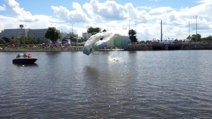 В Екатеринбурге парашютист приземлился мимо понтона и упал в Городской пруд
