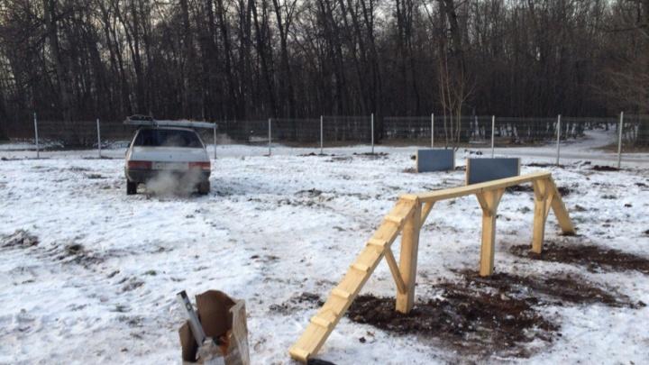 Лестница и два барьера: в Уфе строят площадку для собак