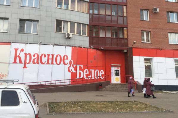 О происходившем возле этого магазина в Копейске рассказали жильцы одной из квартир над ним