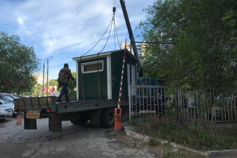 Специалисты вывезли модульный КПП со стоянки