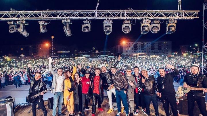 Какие непередаваемые эмоции: Элвин Грэй «взорвал» сцену в Сибае во время бесплатного концерта