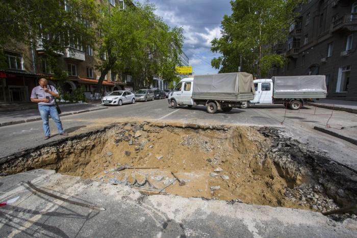 Для ремонта теплотрассы на ул. Фрунзе выкопали огромную яму