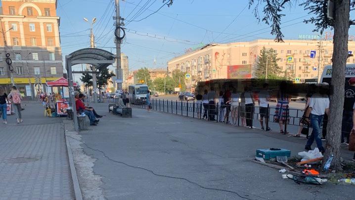 Остановку «Жемчужина» огородили забором. Теперь люди ждут автобусы на дороге