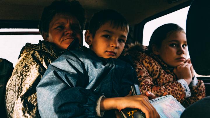 Дорога в школу, или 20 километров грязи: двух детей каждый день возят на занятия по лесам и полям