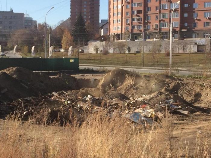 Грузовики свалили строительный мусор в нескольких метрах от Ипподромской