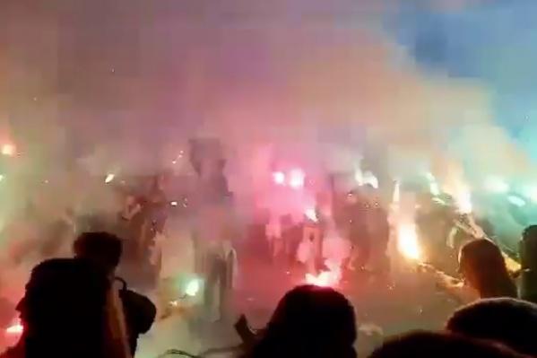 Фанаты зажгли десятки фаеров, и на это отреагировала полиция