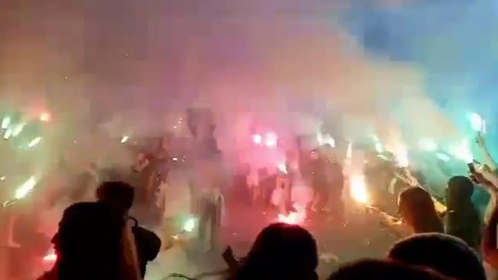 На концерте Коржа, откуда ехали пострадавшие в ДТП, уральцы сцепились с пожарными и полицией: видео